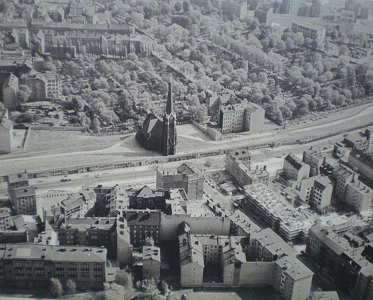 Bernauer Strasse, mit Ost-Berlin in der oberen Hälfte des Fotos, die Wand in der Mitte, und West-Berlin in der unteren Hälfte.