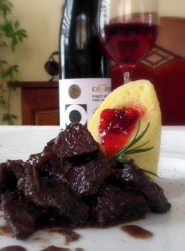 Jelenie ragú v omáčke z červeného vína a brusníc so zemiakovými knedličkami - Recept od vás pre vás/súťaž