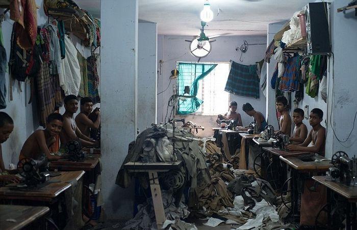 Вот что происходит на фабриках по пошиву одежды. Детский труд и нечеловеческие…