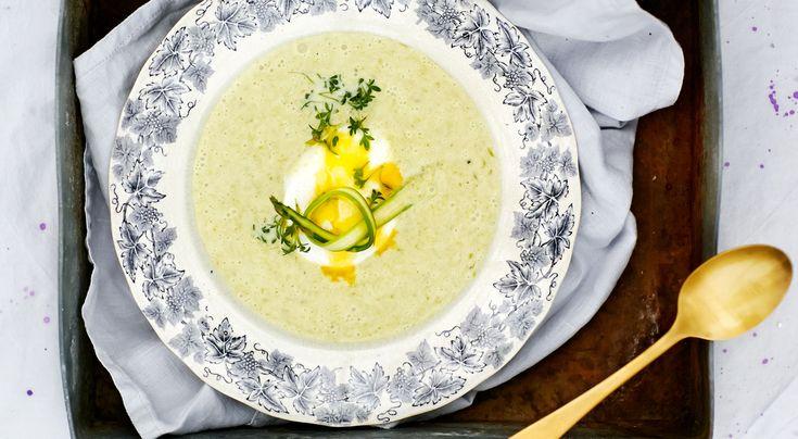 Recept på sparrissoppa med pocherat ägg och krasse. Enkelt och gott. Pocherade ägg ger soppan enlyxig touch, särskilt om man väljer små fina vaktelägg. Räcker till8–10 personer på buffé.