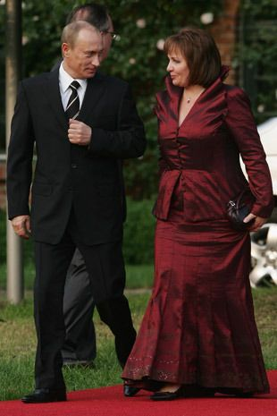 HEILIGENDAMM, GERMANY - JUNE 06:  Russian President Vladimir Putin (L) and his wife Lyudmila Putina arrive at the opening dinner of the G8 summit at Heiligendamm June 6, 2007 at Hohen Luckow, Germany. The summit runs from June 6-8.  (Photo by Sean Gallup/Getty Images) *** Local Caption *** Vladimir Putin;Lyudmila Putina