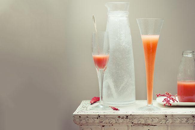 Essa bebida simples e sedutora é uma variação do Bellini tradicional, feito com prosecco e néctar de pêssego. É tão fácil de fazer que o único trabalho é o de escolher uma ótima companhia para beber a dois. E também, claro, caprichar na apresentação.