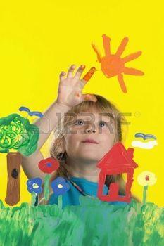 niños pintando: Chica pintura sobre vidrio