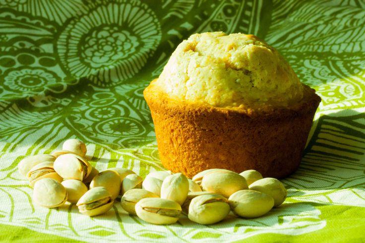 Estos muffins combinan el sabor distintivo del pistache aunado al sabor tropical del coco, sabores únicos, que aseguran un resultado increíble cada vez que los cocines.  Notarás que estos muffins tendrán una densidad mayor a otros que hayas probado. Naturalmente saben mejor acompañados de una buena taza de café.