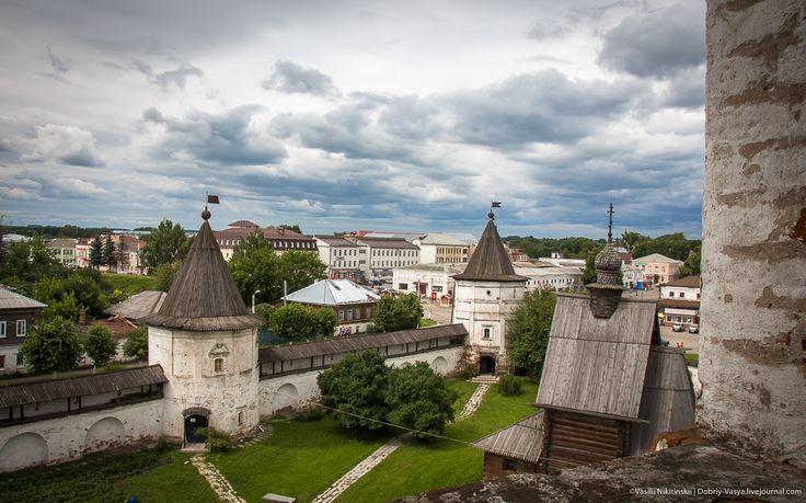 В Юрьев-Польском кремле.  Собственно здесь, в окружении 7-метровых валов и находился с 12 века град Гюргев - впоследствии Юрьев-Польский. Сегодня пройдемся внутри него, полюбуемся историей. И не только...
