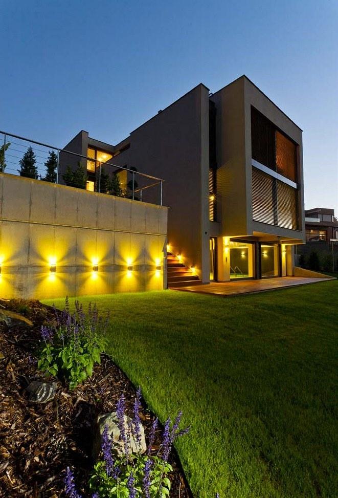 Hlavní fasáda domu je ta severní, obrácená k širokoúhlému výhledu na město. Večerní osvětlení ještě zvýrazňuje velké prosklené plochy a transparentní koncepci celé stavby. Zdroj: www.mujdum.cz