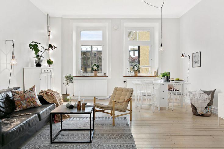 Vardagsrummet är stort och lättmöblerat