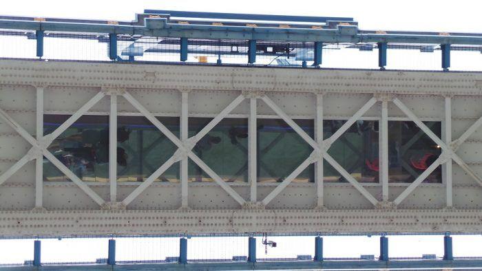 Passerella con fondo in vetro sul Tower Bridge.