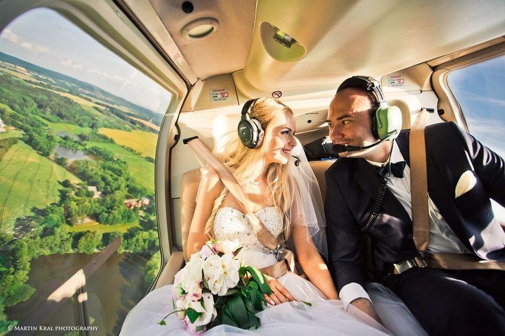 Nevěsta a ženich v helikoptéře   Bride and groom in helicopter