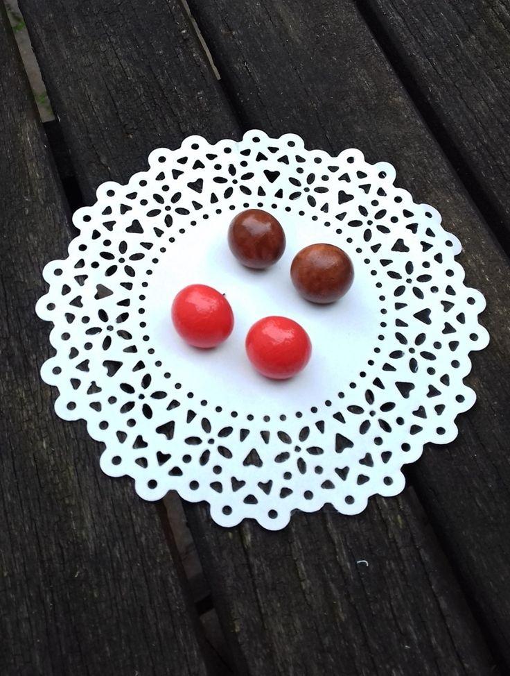 Náušnice pecky podzimní Náušnice jsou vyrobeny ze dřeva, velikost polokoule je 16 mm, jsou natřeny akrylovou barvou a přelakovány. Na zadní straně puzetka a motýlek. Oranžová a hnědá barva. Cena za 2 páry.