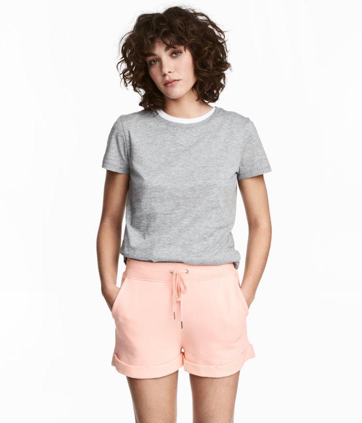 Kolla in det här! Ett par korta shorts i lätt sweatshirtkvalitet. Shortsen har resår och dragsko i midjan. Sidfickor och bakficka. Fast uppvik vid benslut. - Besök hm.com för ännu fler favoriter.