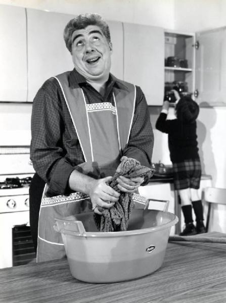 """Gino Bramieri e la pubblicità   """"E mo'? Moplèn!"""" Cinquant'anni fa, nelle case italiane, tra le stoviglie di porcellana o ceramica, tra le pentole in alluminio o acciaio, tra le bacinelle in metallo per il bucato a mano, tra i giocattoli in legno o latta dei bambini, compariva il polipropilene isotattico, inventato nel 1954 dal premio Nobel per la chimica Giulio Natta e prodotto con grande successo dalla Montecatini."""