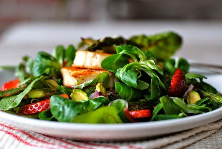 Salade met aardbeien, groene asperges en halloumi