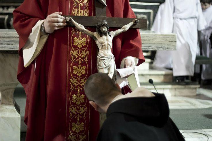 Adoracja krzyża w Wielki Piątek u dominikanów, fot. Marcin Mituś  #krzyż #wielkipiątek #dominikanie #op #modlitwa #cross