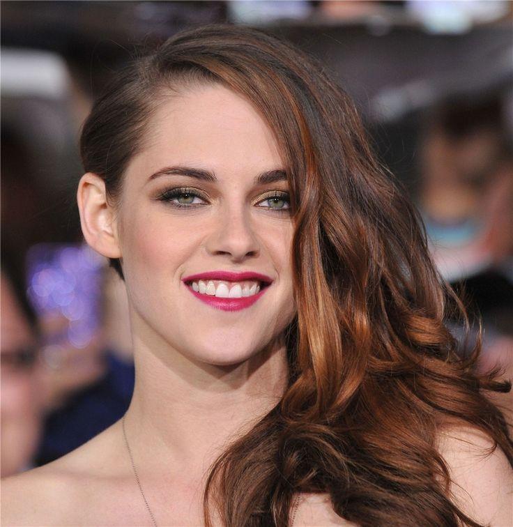 La súper famosa Kristen Stewart opta por lucir reflejos o mechas en  tonalidades cobrizas.