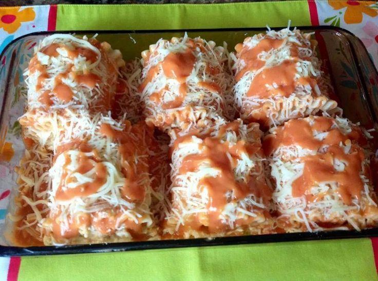 Rollos De Lasaña De Pollo Cremoso y Salsa Rosada  De Yolanda Torres   Ingredientes:   6 Lascas de Lasaña ... O las que desees hacer.  3 pechugas de Pollo   8 oz de queso crema a temperatura ambiente   1 taza queso Parmesano Rallado  1 taza Queso Mozzarella   1/2 taza de Leche   1 taza de Salsa de Lasaña  1 taza de Salsa Alfredo    Para cocinar las pechugas...    1/2 barra de mantequilla  4 oz de queso crema   2 cucharadas vino de cocinar     Procedimiento:   En una olla con agua, sal y…