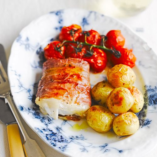 Je hebt makkelijk koken en je hebt makkelijk koken. Bij dit recept leg je alle ingredienten in een grote schaal, deze gaat de oven in en voila: een heerlijk gerecht!    1. Verwarm de oven voor op 190 ºC. Kook deaardappeltjes 5 min voor.  ...