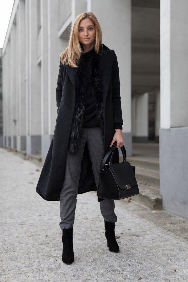 """""""Fashion Mugging postawiła na monochromatyczny zestaw, nietypowo łacząc eleganckie elementy jak futrzana kamizelka, czarne botki na szpilce i formalny płaszcz z dzianinowymi spodniami. Czasem warto pobawić się modą"""""""