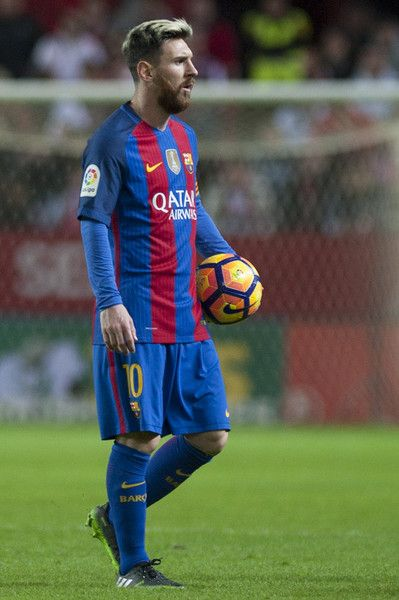 Barcelona's Argentinian forward Lionel Messi walks on the pitch during the Spanish league football match Sevilla FC vs FC Barcelona at the Ramon Sanchez Pizjuan stadium in Sevilla on November 6, 2016. / AFP / JORGE GUERRERO
