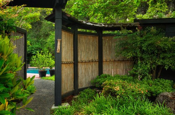 Natural-bamboo-fence-adds-an-element-of-inimitable-style-to-this-garden.jpg (600×396)
