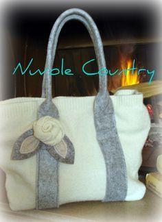 Ecco come fare una bella borsa invernale partendo da un maglione in lana (in questo caso la canotta di un twin set).       Prima d...