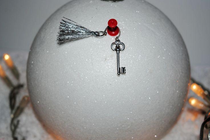 Γουράκι κλειδί ασημένιο, με ασημί φούντα. 5€