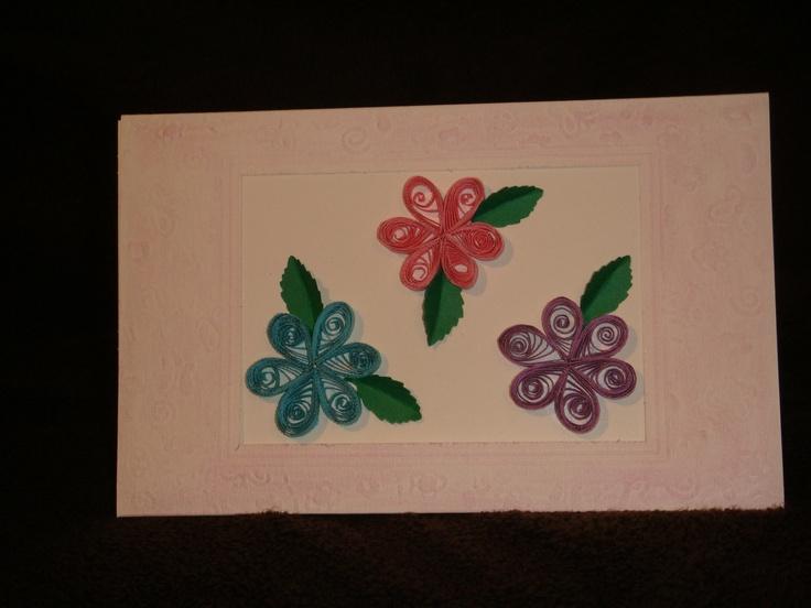 Tarjeta con flores en filigrana y repujado