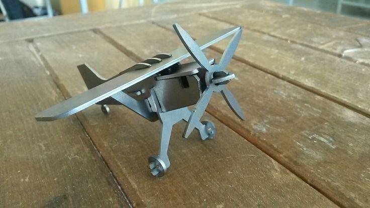 """skládačka+""""Letadlo""""+!POZINK!+Zábavná+a+velice+pěkná+skládačka+vyrobená+z+plechu.+Díly+se+vylupou+a+zasunou+do+sebe,+správným+výsledkem+je+vrtulové+letadlo,+které+je+z+pozinkovaného+plechu+proto+jej+není+třeba+nijak+lakovat+nebo+natírak+barvou!.+Nabízíme+i+další+skládačky,+viz+foto+a+mnoho+dalších+(napište+si+v+případě+zájmu)."""