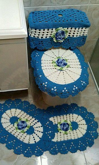 Jogo de banheiro em crochê feito em barbante colorido, com aplicação de flores feitas em crochê. Este jogo tem: 2 tapetes cada um medindo aproximadamente 62 cm x 41 cm. 1 capa para tampa de vaso sanitário medindo aproximadamente 54 cm x 45 cm. 1 caa para caixa acoplada medindo aproximadamen...