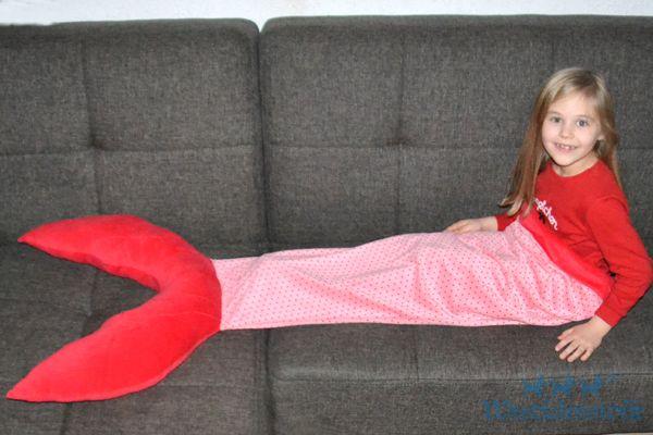 Wir zeigen Euch wie Ihr ganz einfach eine Decke für kleine Meerjungfrauen ganz ohne Schnittmuster und für jede Größe passend nähen könnt.