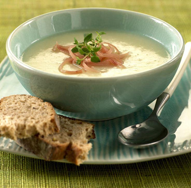 Blomkålsuppe er lett å lage fra bunnen av. Dette er en fyldig og god suppe som du gjerne kan servere brød eller rundstykke til.
