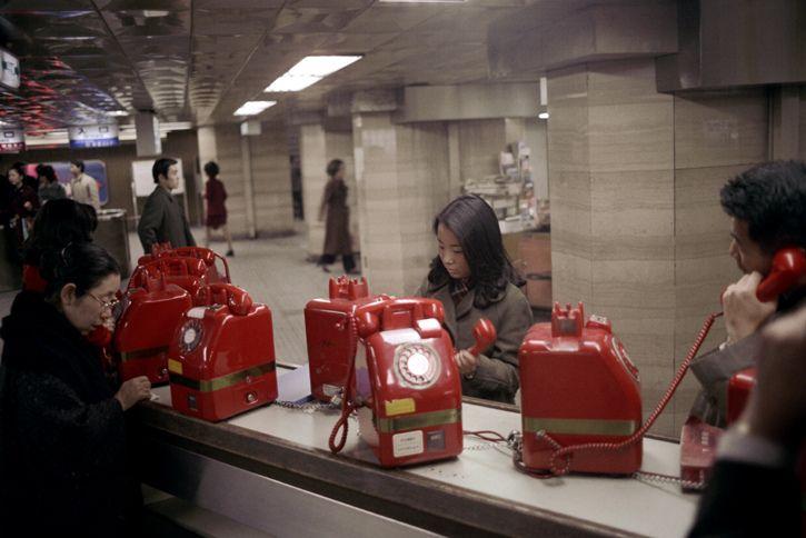 これ赤電話。公衆電話こんなんだったんですよ。10円 only. Tokyo, Japan. 1972 by Nick DeWolf