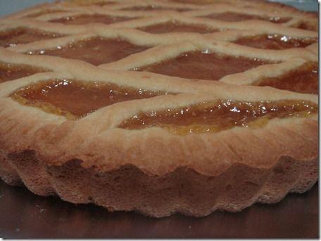 CROSTATA MORBIDA DELLA ZIA PAOLA Ingredienti: 100 g burro 6 cucchiai zucchero 3 uova 1 pizzico di sale buccia di limone grattugiata 8 cucchiai farina 1/2 bustina lievito 1 vasetto di marmellata (io albicocche)