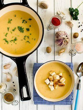 Czosnkowo-ziemniaczana zupa z dodatkiem aromatycznych przypraw 3 spore cebule (najlepiej cukrowe) 2 główki czosnku 6 ziemniaków 6 szklanek warzywnego bulionu 1 łyżka cukru 2 łyżki oleju 1/3 szklanki słodkiej śmietanki 18% 2 łyżki masła klarowanego ghee (można zastąpić zwykłym masłem) szczypta kuminu 1/2 łyżeczki słodkiej suszonej papryki (zupa będzie miała wspaniały smak, jeśli użyjesz papryki wędzonej)