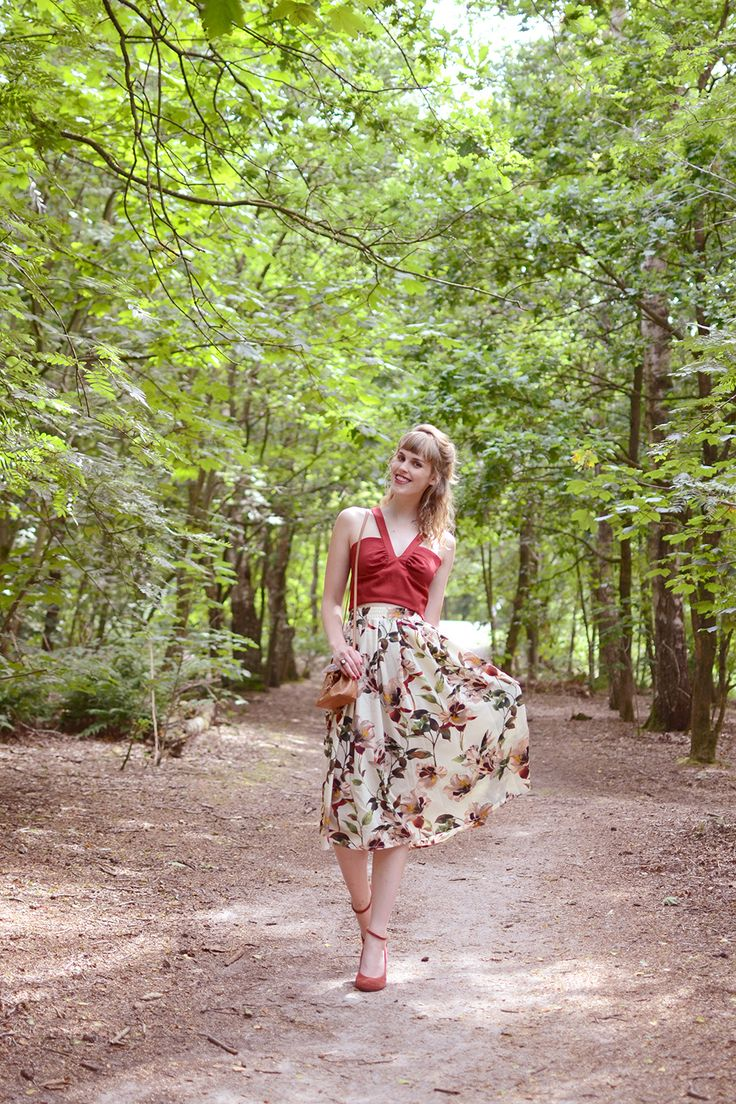 Retromantisch floral midi skirt rok bloemen Urban Outfitters tas bag vintage style outfit Ilovevintage Amsterdam mary janes suede red sleehak wedges top romantic retro fashion blog