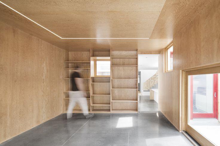 Plancher de béton Poli AtelierB avec traits de scie en tatami. Architecture Open Form. photo: Adrien Williams