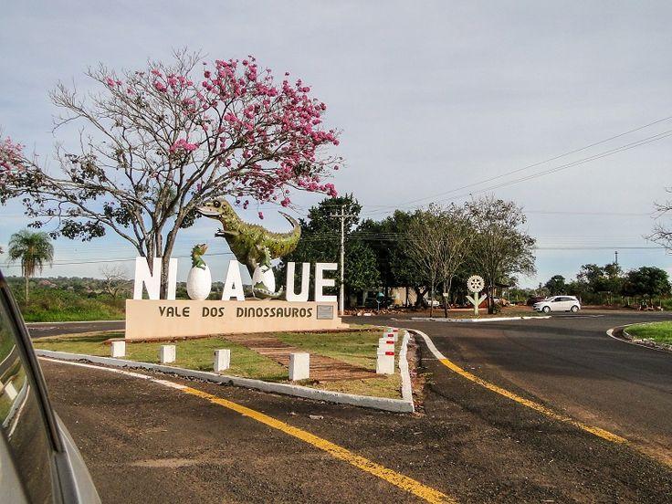 Nioaque foi um dos lugares interessantes por onde passamos. Esta escultura, na entrada da cidade, representa um abelissauro. O animal se tornou símbolo do município depois que pegadas foram encontradas na área rural.