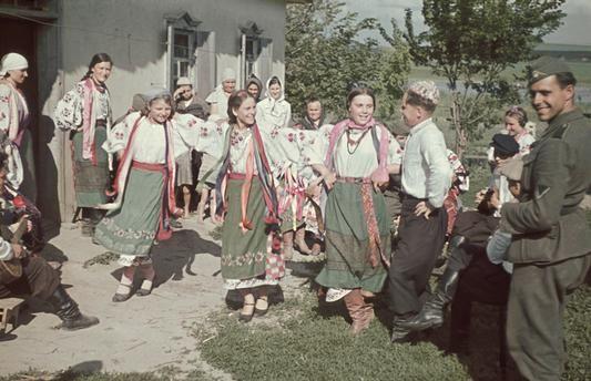 Ostfront - Frauen aus der Gegend von Poltawa (Ukraine) beim Volkstanz. Unter den Zuschauern ein deutscher Soldat. 1941