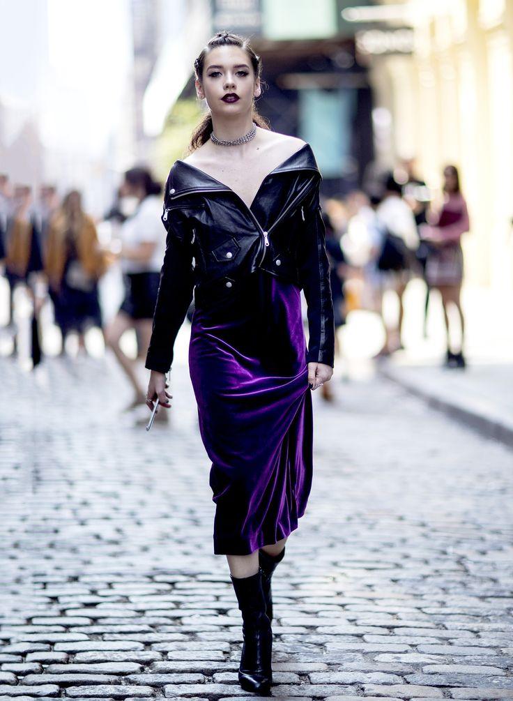Vestido de veludo roxo e jaqueta de couro.