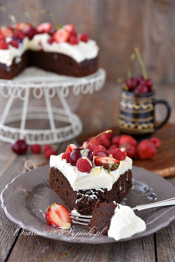 Ciasto czekoladowe z kremem adwokatowym i owocami