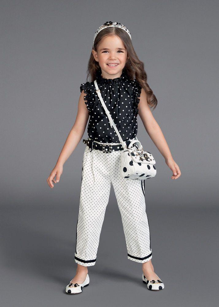 Новая весенне-летняя колекция от Dolce & Gabbana для маленьких модниц. Тут все как у взрослых, но, конечно же, лучше! Платья на выход и одежда на каждый день. Горошек, полоска, ананасы и цветы — все самое прекрасное для милых девочек разных возрастов.