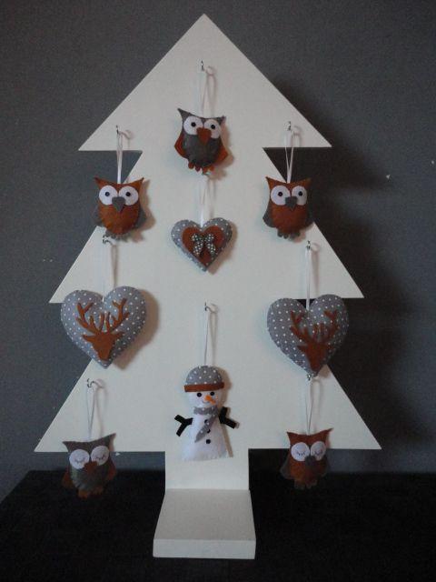 MMKADO kerstboom gemaakt van 8mm mdf, wit of grijs geschilderd. Met 9 haakjes erop om naar eigen wens te decoreren. H= 59cm, B= 39cm. Met een voetje: B= 10cm, L= 20cm. Leuk met een slinger batterijverlichting erin. Ook origineel op de kinderkamer. Verkrijgbaar in onze webshop!