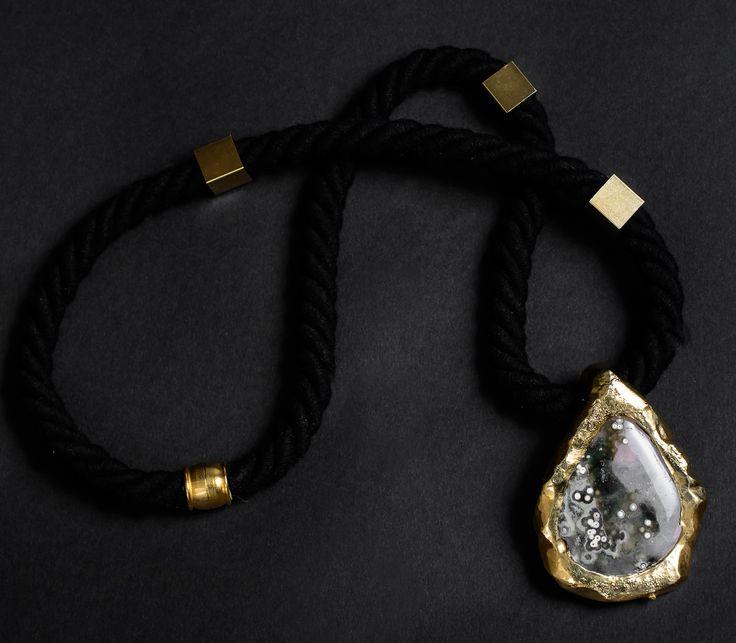 Collar Pincoya, Jade+cerámica bañada en oro.