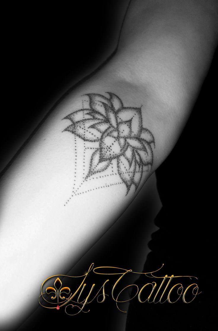 Tatouage avant bras femme fleur de lotus et triangles m lange g om trique tattoo graphique en - Fleur de lotus tatouage ...