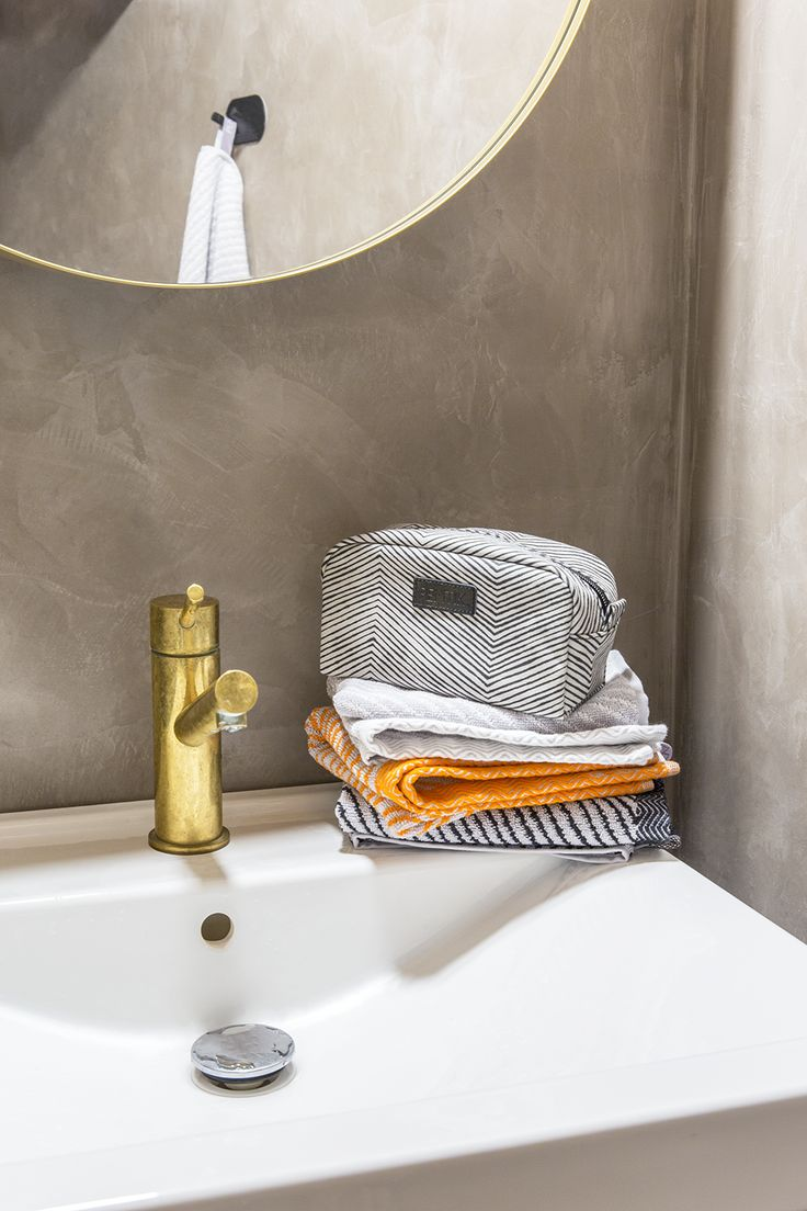 Laituri Toilet bag | Graphic Laituri Toilet Bag is a handy way to carry your everyday makeup arsenal with you.