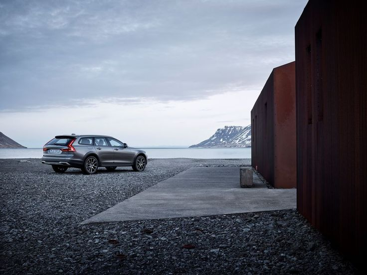 The Volvo V90 Cross Country, unofficial car of Colorado and Vermont, is here…