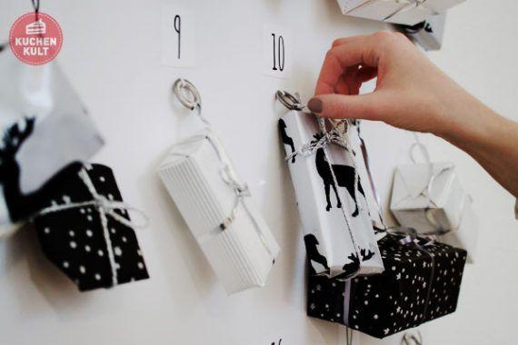 #Adventskalender selber machen #basteln #Idee #Leinwand #Ringe #nähen#schwarz #weiß #einfach #günstig #DIY #Adventcalendar