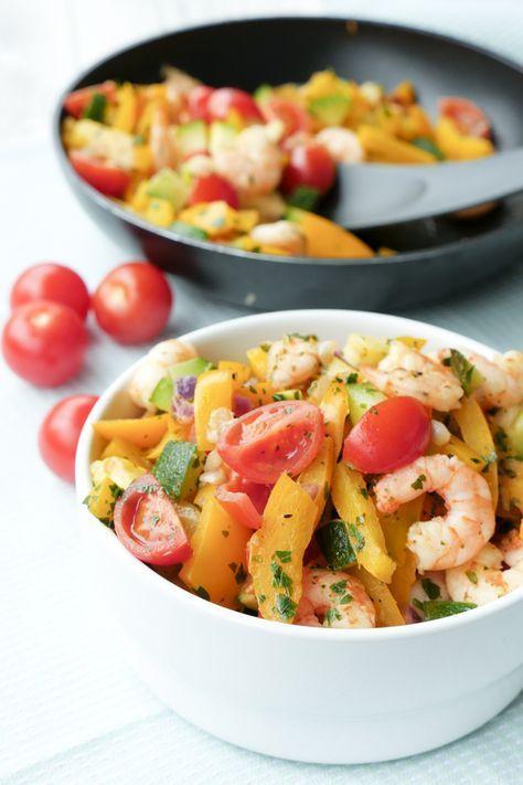 Für mein schnelles One Pan Gericht werden Garnelen zusammen mit knackigem Gemüse, Kräutern und Gewürzen in der Pfanne gebraten. Und fertig ist die leckere Low Carb Gemüsepfanne.