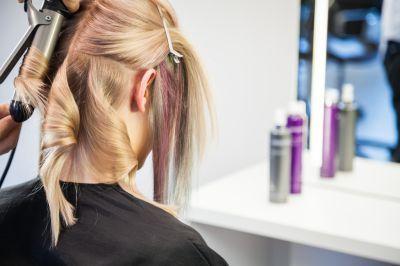 No olvides usar un protector en tu cabello. Sin él las planchas o el secador le restarán brillo y elasticidad a tu cabello. Te recomendamos Essence de Protéine de la Biosthétique para darle más resistencia a tu cabello. #CuidadoCabello #ProtectorCabello #Belleza