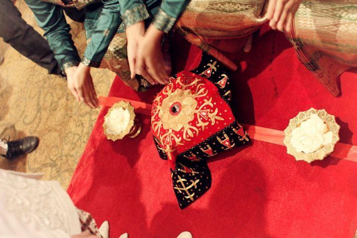 Penyambutan pengantin pria di rumah pengantin perempuan pada prosesi pernikahan adat Minang, juga ditandai dengan penaburan beras.